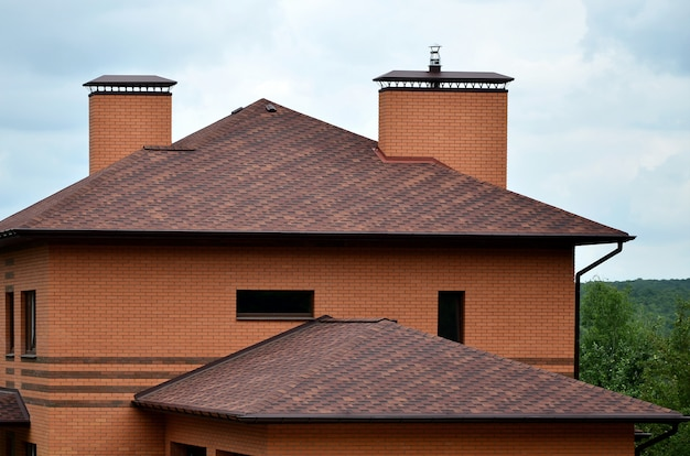 Das haus ist mit einer hochwertigen schindeldachüberdachung ausgestattet