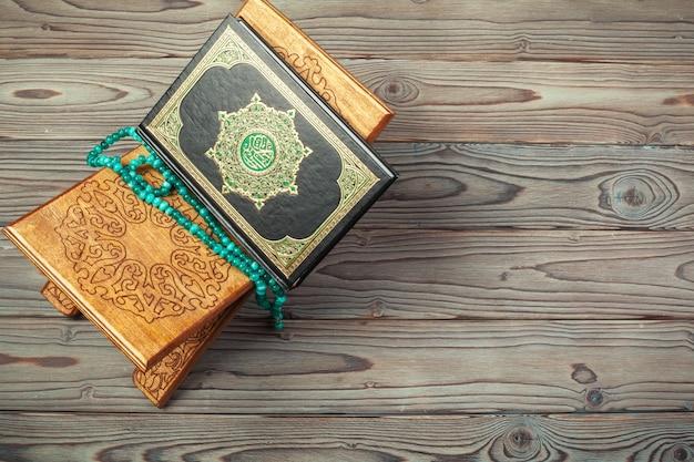 Das heilige buch des korans auf dem stand