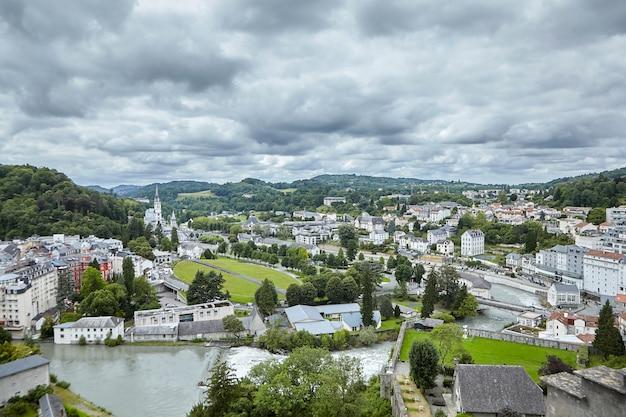 Das heiligtum unserer lieben frau von lourdes und der fluss gave de pau in frankreich