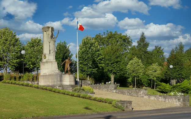 Das historische französische kriegerdenkmal in der nähe der stadt arras