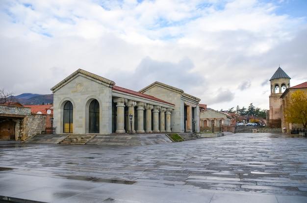 Das historische mzcheta liegt in der nähe von tiflis.