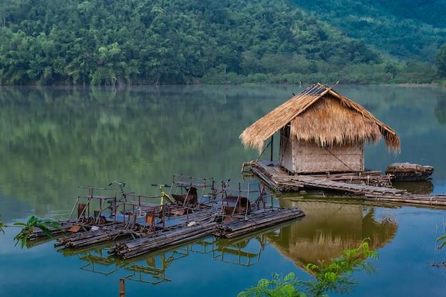 Das hölzerne floss- und wasserfahrrad, das vom bambus im wasser r gemacht wird