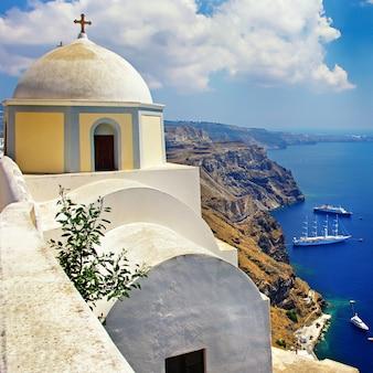 Das ikonische santorini - die schönste insel europas. blick mit traditionellen kirchen im dorf fira. griechenland