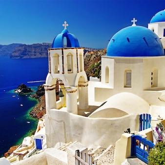 Das ikonische santorini - die schönste insel europas. blick mit traditionellen kirchen im dorf oia. griechenland