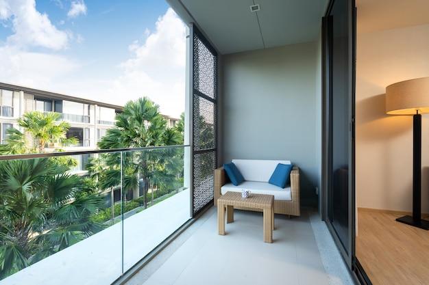Das innen- und außendesign in villa, haus, haus, wohnung und apartment verfügt über ein sofakissen und eine geschichte auf dem balkon