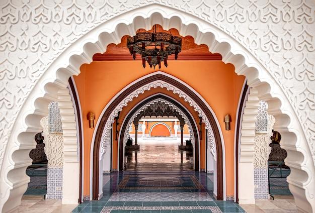 Das innere des raumes ist in einem traditionellen orientalischen stil mit vielen details.