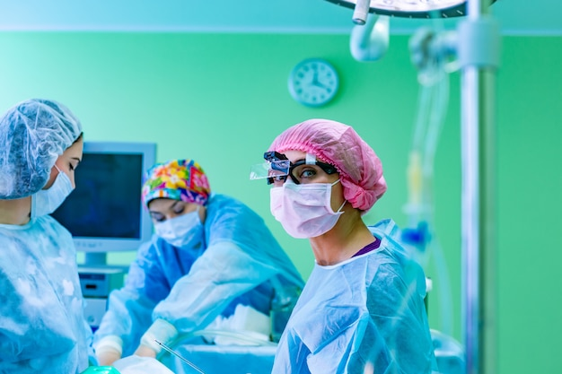 Das instrument für die fettabsaugung bereitet sich auf die operation im chirurgenraum vor