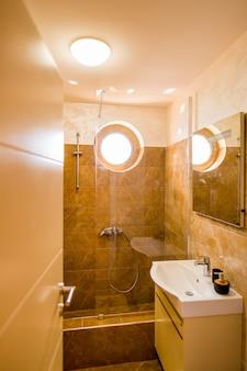 Das interieur des badezimmers innenarchitektur badezimmer im a