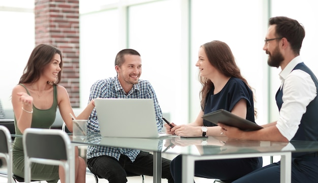 Das junge business-team diskutiert auf einem arbeitstreffen neue ideen. das konzept eines startups