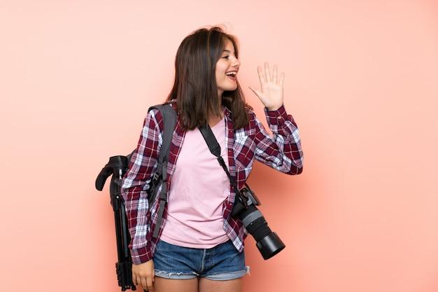 Das junge fotografmädchen, das mit dem breiten mund schreit, öffnen sich