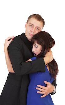 Das junge liebespaar umarmt isoliert auf weißem hintergrund