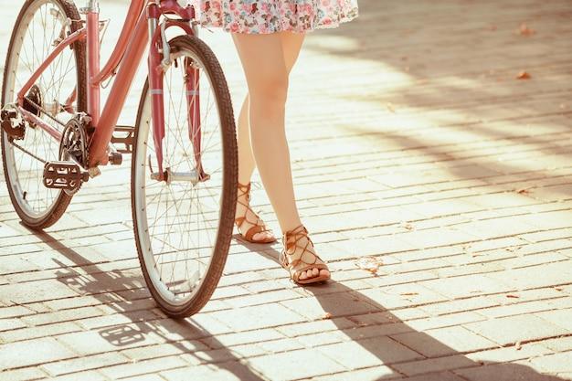 Das junge mädchen mit dem fahrrad im park