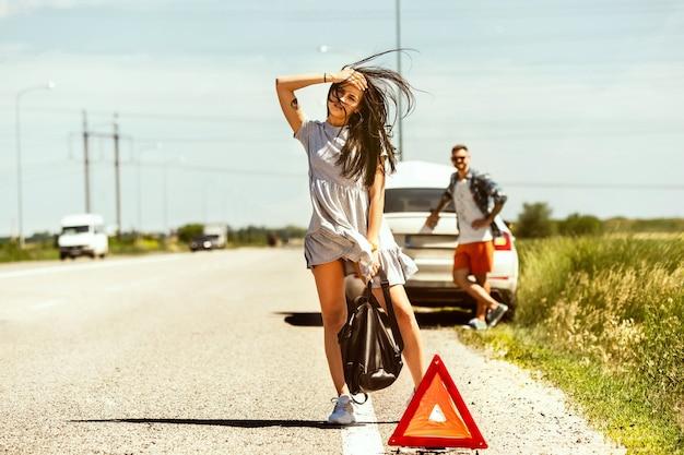 Das junge paar hatte auf dem weg zur ruhe das auto kaputt gemacht.