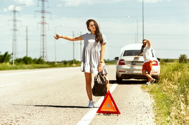 Das junge paar hatte auf dem weg zur ruhe das auto kaputt gemacht