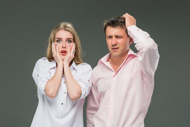 Das junge paar mit unterschiedlichen emotionen während des konflikts