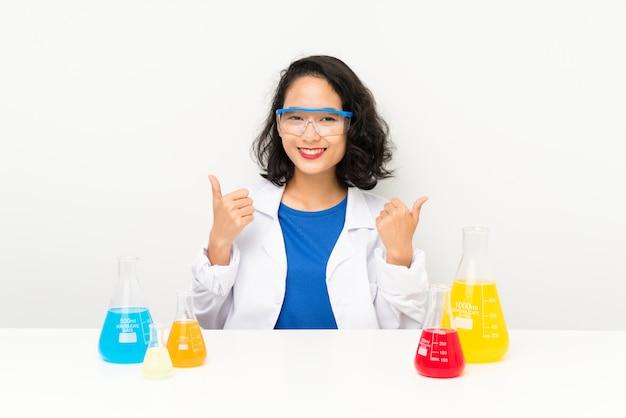 Das junge wissenschaftliche asiatische mädchengeben daumen up geste