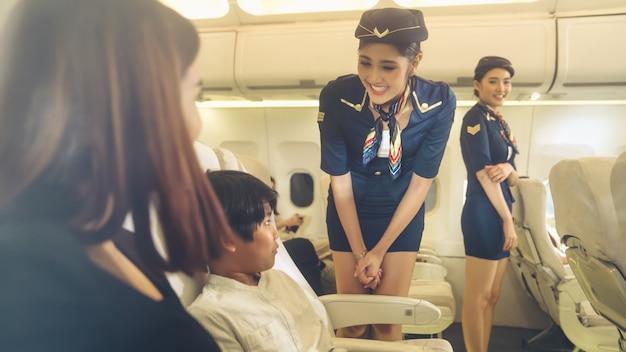 Das kabinenpersonal bedient die familie im flugzeug