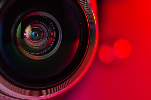 Das kameraobjektiv und die rote hintergrundbeleuchtung