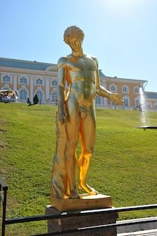 Das kapitolinische antinoos. skulptur der großen kaskade in peterhof, russland