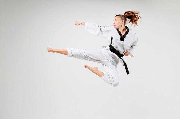 Das karate-mädchen mit dem schwarzen gürtel