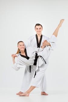 Das karate-mädchen und der junge mit den schwarzen gürteln