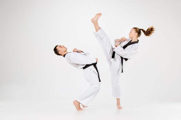 Das karate-mädchen und der karate-junge mit den schwarzen gürteln