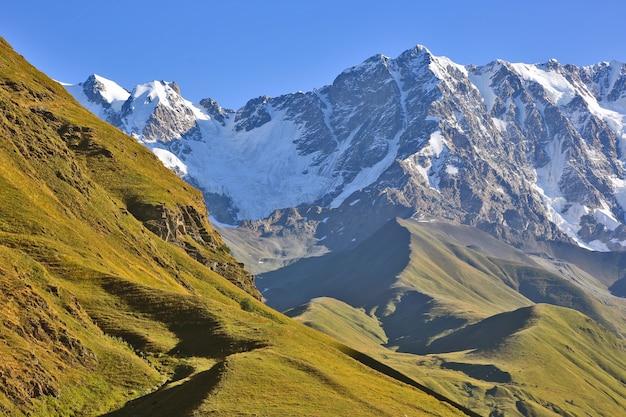 Das kaukasusgebirge in der berglandschaft von georgia