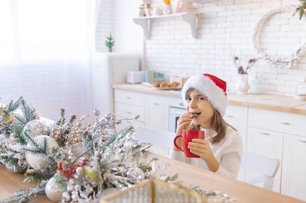 Das kind backt und schmeckt weihnachtsplätzchen