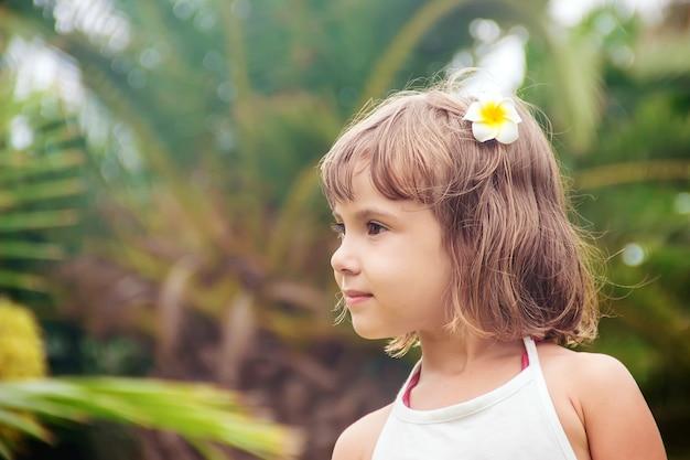 Das kind badet im pool des resorts. selektiver fokus