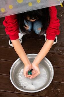 Das kind berührt den fisch.