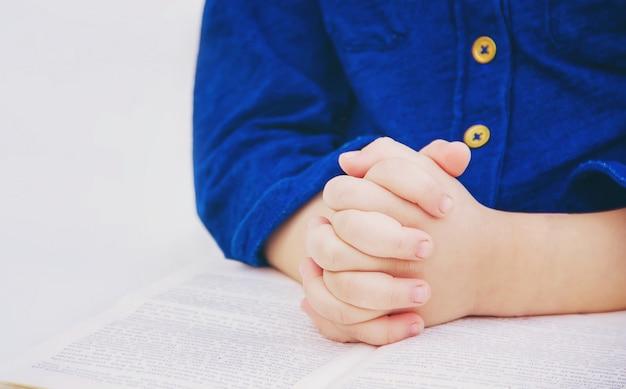Das kind betet zu gott. selektiver fokus
