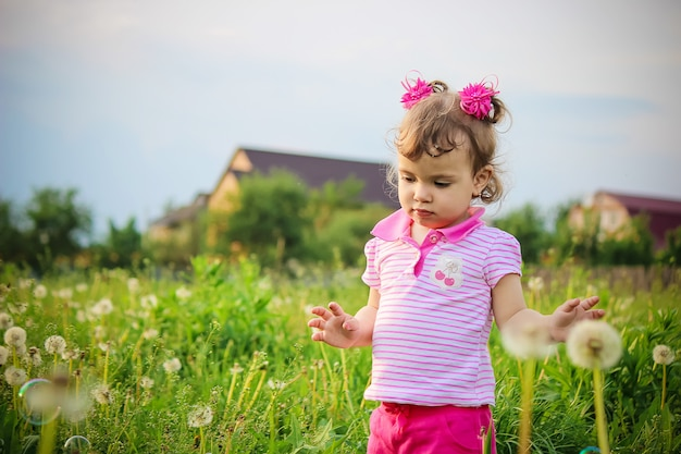 Das kind bläst blasen. selektiver fokus natur.