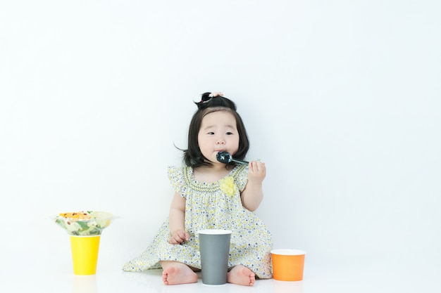 Das kind isst babynahrung mit einem löffel. da ist eine babynahrung um meinen mund.
