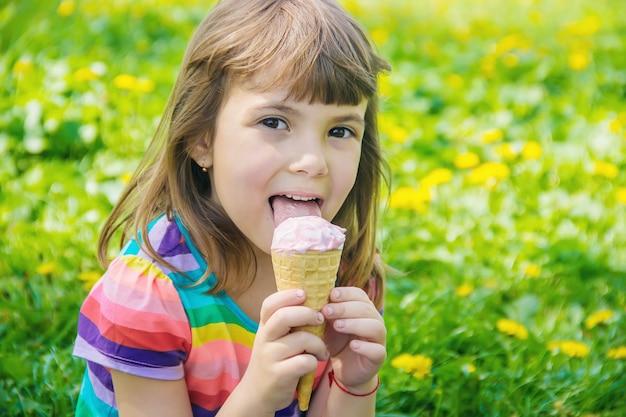 Das kind isst eis. selektiver fokus