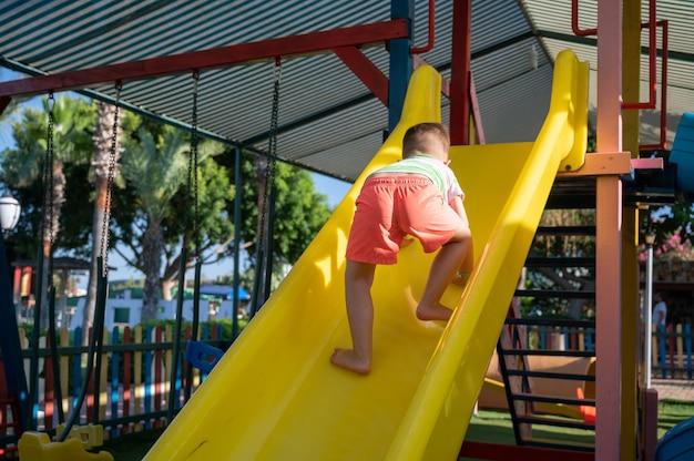 Das kind klettert auf den spielplatz