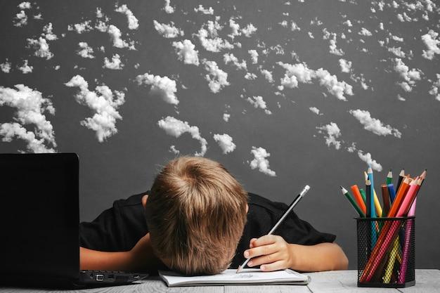 Das kind lernt aus der ferne in der schule. zurück zur schule