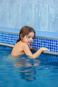 Das kind lernt im pool schwimmen