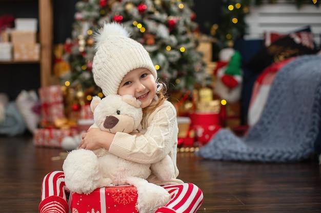 Das kind öffnet die geschenkbox