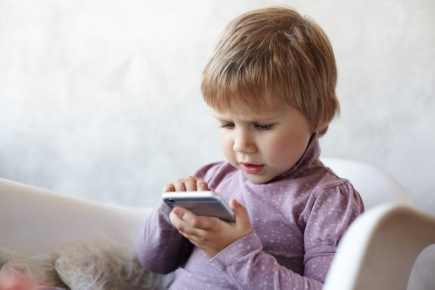 Das kind sitzt im wohnzimmer