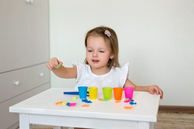 Das kind spielt mit lernspielzeug.