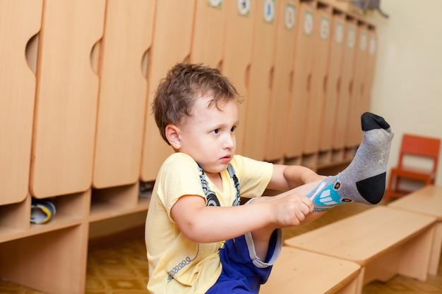 Das kind trägt socken im kindergarten