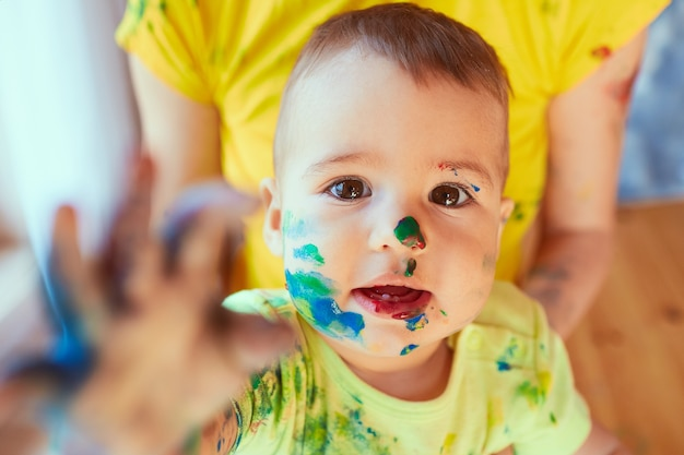 Das kleine baby hat farbe auf seinem gesicht