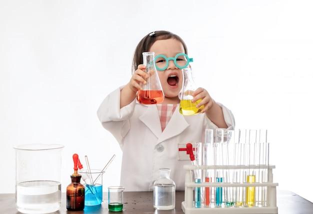 Das kleine mädchen als wissenschaftler verkleidet