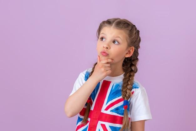 Das kleine mädchen mit der aufgemalten englischen flagge dachte nach.