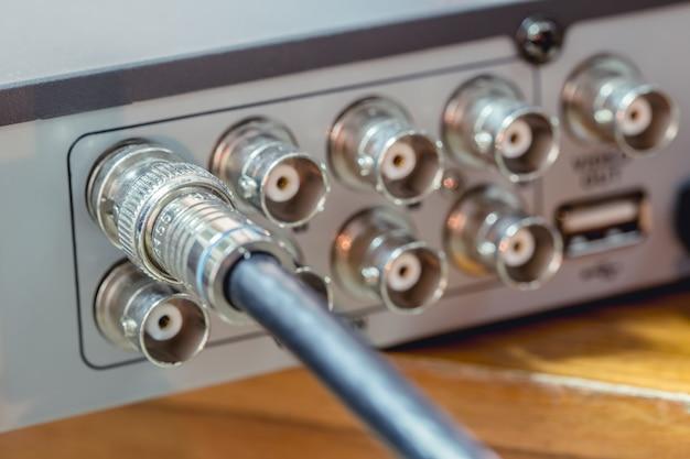 Das koaxiale cctv-kabel rg6 rgb tv wird an das vdo-aufnahmegerät angeschlossen