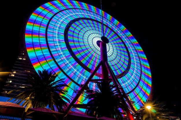 Das kobe-riesenrad ist nachts beleuchtet