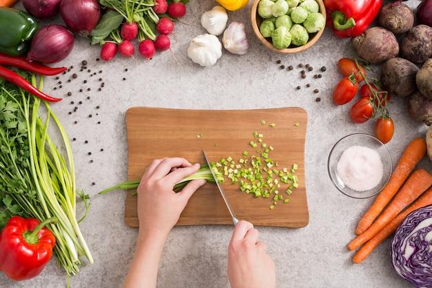 Das kochen der gesunden lebensstilmahlzeit bereiten lebensmittel zu