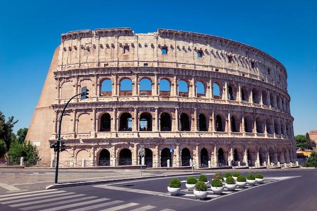 Das kolosseum in rom, italien, ist eine der hauptreiseattraktionen.