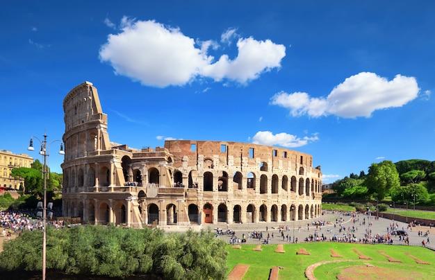 Das kolosseum oder kolosseum, auch bekannt als das flavian amphitheater in rom
