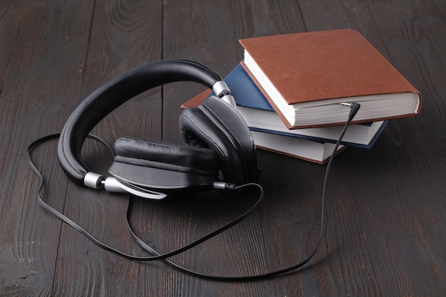 Das konzept besteht darin, hörbücher anzuhören. kopfhörer sind an das buch angeschlossen